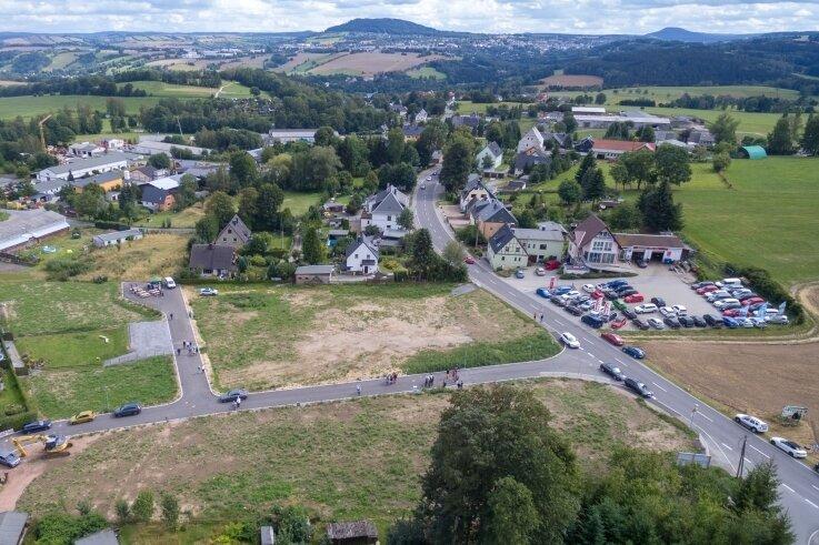 """Zehn Baugrundstücke zwischen 540 und 664 Quadratmeter groß stehen """"Am Kellergut"""" zur Verfügung. Am Dienstag wurde die neu entstandene Straße an die Gemeinde Thermalbad Wiesenbad übergeben."""