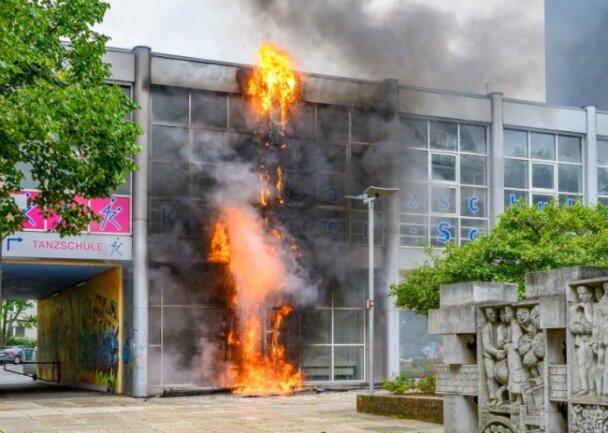 Das Gebäude an der Brückenstraße, in dem sich Räume der Tanzschule Köhler-Schimmel befinden, stand am Mittwoch in Flammen.