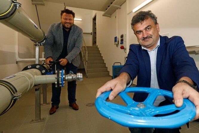 Sylvio Krause (vorn) und Lars Kluge haben die neue Anlage auf dem Pfaffenberg symbolisch in Betrieb genommen.