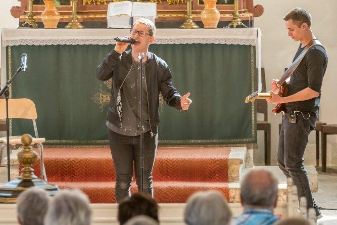 Den Abschlussgottesdienst der Sommerkirche gestaltete Sänger Samuel Rösch mit einer Konzertlesung.