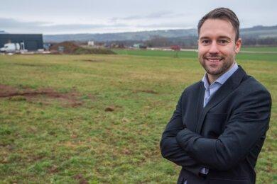 Robotos-Geschäftsführer Christoph Stolze auf einem Areal im Gewerbegebiet von Neukirchen an der Südstraße. Hier will die Firma aus Baden-Württemberg einen zweiten Standort aufbauen.