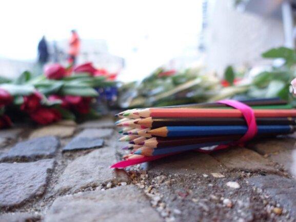 Im Gedenken an die Opfer des Pariser Anschlags:Buntstifte vor der französischen Botschaft am Pariser Platz in Berlin.