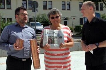 Holger Nerlich von der Sparkasse befüllte zusammen mit Jens Hertzer von Sanivest und Christine Zwinscher von Z&L die Kapsel für den Grundstein.