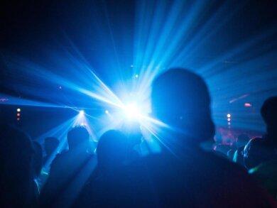 Menschen feiern in einem Club.
