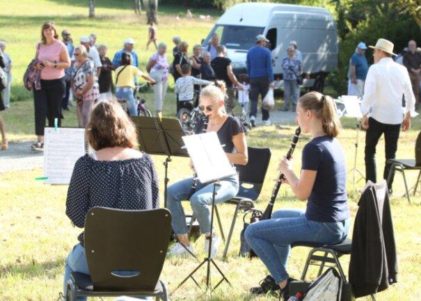 Musik im Grünen und bei Sonnenschein: so die Atmosphäre am Sonntagnachmittag im Stadtpark.