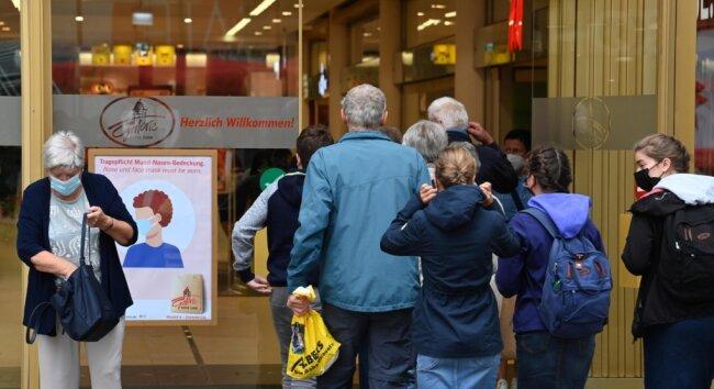 Es gilt wieder Maskenpflicht. Am Einkaufszentrum Galerie Roter Turm weisen entsprechende Schilder darauf hin.