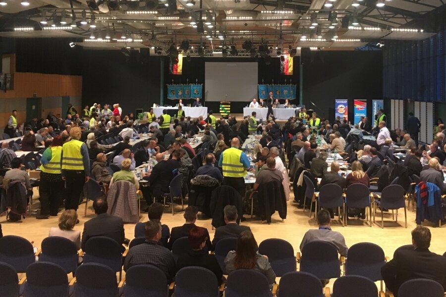 Die Zählkommission in den gelben Westen steht bereit. Gleich soll ein neuer Wahlgang beim AfD-Parteitag in Markneukirchen starten.
