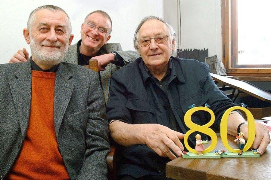 Zum 80. Geburtstag hatte Hans Brockhage (r.) viel Besuch. Professor Karl Clauss Dietel (l.), Formgestalter aus Chemnitz, und Klaus Helbig, Formgestalter aus Plauen, gehörten zu den Gratulanten.