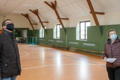 Jöhstadts Bürgermeister André Zinn und Birgit Gläser vom Bauamt begutachten die sanierte Grumbacher Turnhalle.