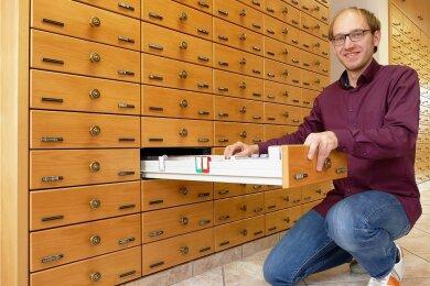 In seinem riesigen Apothekerschrank hat Dr. Robert Penzis für vielerlei Beschwerden etwas parat. Insgesamt stehen rund 2500 Artikel für die jeweiligen Wünsche der Kunden zur Verfügung.