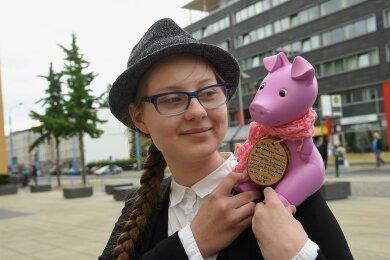Janice Schmelzer mit ihrem Sparschwein Rosalie. Ihr Engagement brachte ihr einmal mehr eine Nominierung für einen bedeutenden Preis ein.