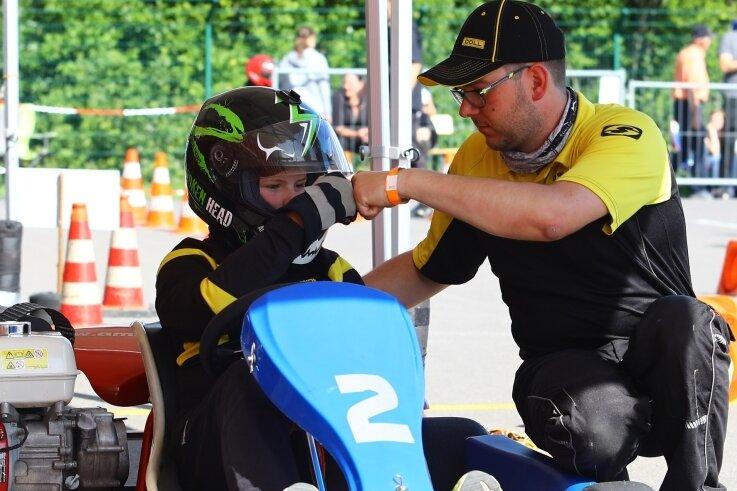 Der Cunersdorfer Toni Göhler, der für den AMC Annaberg einen Lauf gewann, kurz vor dem Start mit Trainer Oliver Schenk.