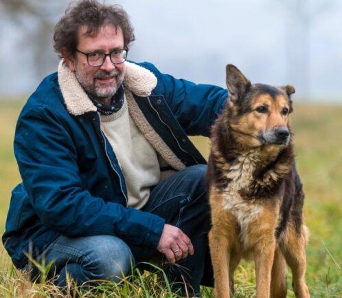 Martin Steinert macht Pause von seinen Verpflichtungen mit Otto, einem14 Jahre alten Schäferhundmischling.