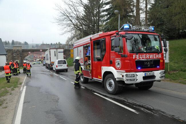 Ersten Angaben zufolge war der VW gegen 10.45 Uhr auf der B 173 in Höhe Rosental einem Sattelzug ins Heck gefahren.