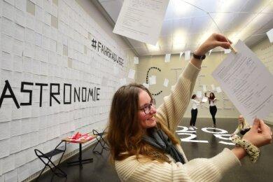 6000 Fragebögen, so wie den, den Jessica Spranger von der CWE zeigt, haben Chemnitzer ausgefüllt und so dem Bewerbungsteam für die Kulturhauptstadt einen besonderen Blick auf die Stadt ermöglicht.