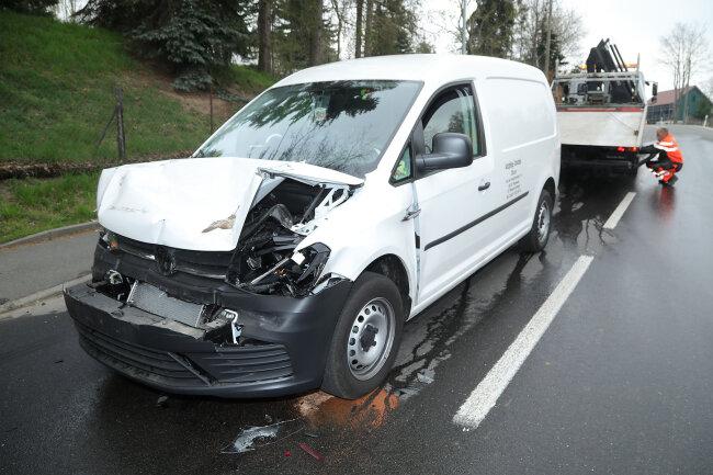 Am Dienstagvormittag war ein Autofahrer bei einem Unfall mit einem Laster im Ortsteil Naundorf verletzt worden.