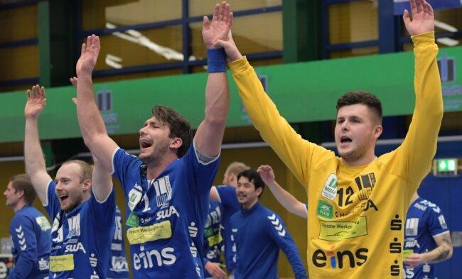 Hatten allen Grund zur Freude: Die Auer Maximilian Lux, Gabriel De Santis und Anadin Suljakovic (v. l.) nach dem Derbysieg gegen Dessau.