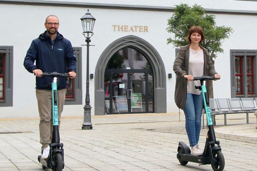 Die Leiterin des Zwickauer Büros für Wirtschaftsförderung Sandra Hempel und Georg Grams von der Firma Tier Mobility auf den E-Scootern, die neben denen der Firma Bird nun in der Stadt zur Verfügung stehen. Foto: Stadtverwaltung