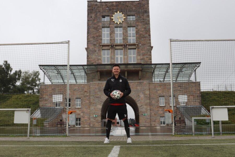 Dominic Stumpf im Zwickauer Westsachsenstadion. Dort hat er in den vergangenen Wochen die U 19 des FSV Zwickau auf die neue Saison in der Fußball-Regionalliga vorbereitet.