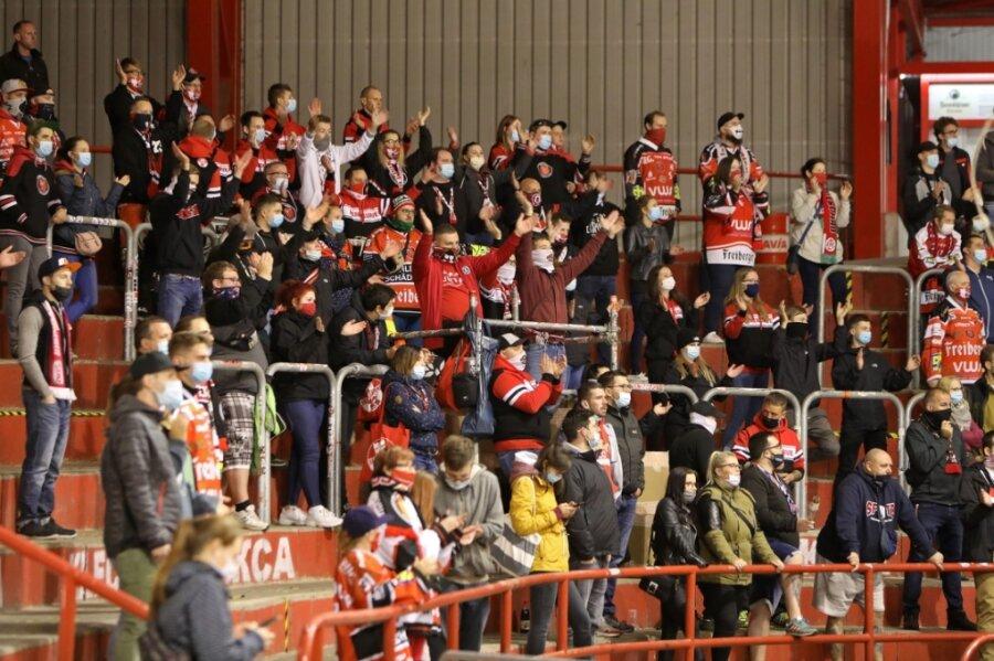 Nach 210 Tagen Zwangspause gab es am Freitagabend beim Spiel der Eispiraten Crimmitschau gegen den Erstligisten Grizzlys Wolfsburg wieder Unterstützung der Fans aus der Heine-Kurve.