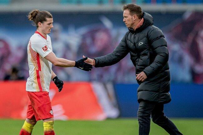 Bald sind Trainer Julian Nagelsmann (rechts) und einer seiner Lieblingsschüler wieder vereint: Marcel Sabitzer (links) folgt dem Coach von RB Leipzig zu Bayern München.