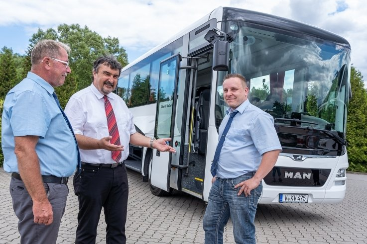 Geschäftsführer Tino Dutzky (Mitte) und die Busfahrer Erwin Rosenthal (l.) und René Espig vor dem neuen Omnibus MAN Lions Intercity: 360-PS-Maschine, 13,25 Meter lang, diverse Assistenzsysteme, 64 Plätze. Foto: David Rötzschke