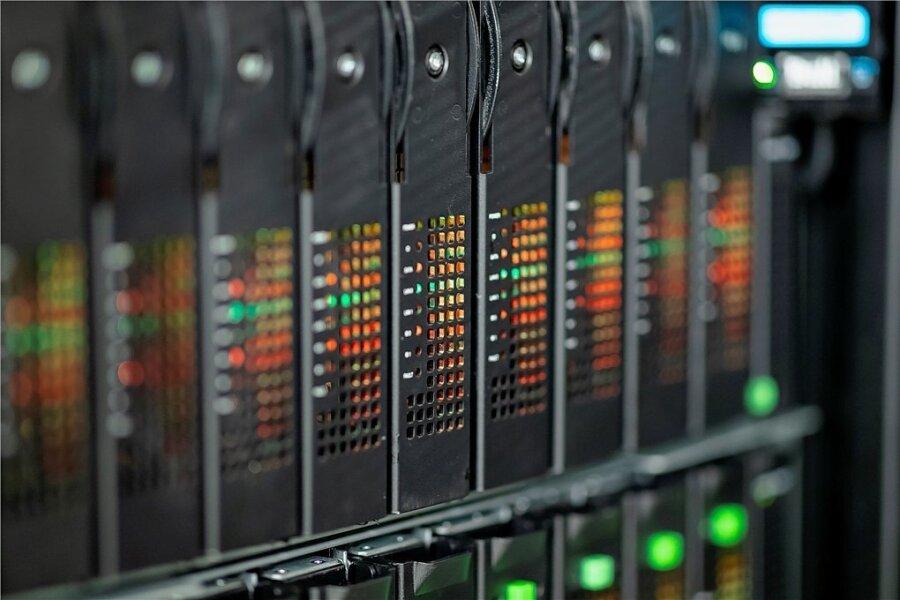 """Die Zukunft? Blick auf Leuchtdioden der Prozessoren des Supercomputers """"Mistral"""" im Deutschen Klimazentrum. Die EU-Kommission stellte am Freitag in Brüssel Pläne für ein """"digitales Jahrzehnt"""" vor."""