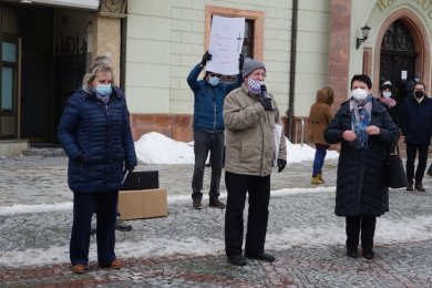 Veronika Bellmann (l.) und Iris Firmenich (r.) beantworten die Fragen der Händler. Joachim Löwe (Mitte) moderiert die Versammlung.
