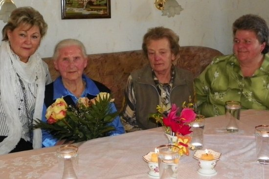 Die Wechselburger Bürgermeisterin Renate Naumann (links) zum Geburtstag von Ilse Jahn in Zschoppelshain. Die Seniorin feierte am Montag ihr 91. Wiegenfest.