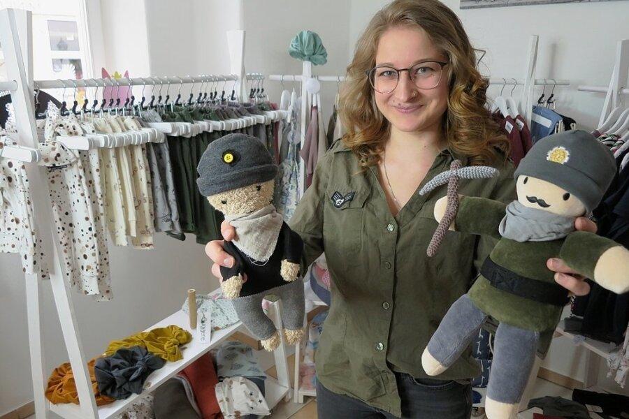 Janina Gläser aus Eibenstock mit ihrer Bergmannspuppe Fritz (r.). Das Püppchen links im Bild war der Prototyp.