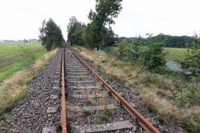 Links und rechts der Bahnschienen soll nordwestlich von Großvoigtsberg in den kommenden zwei Jahren eine große Photovoltaikanlage entstehen.