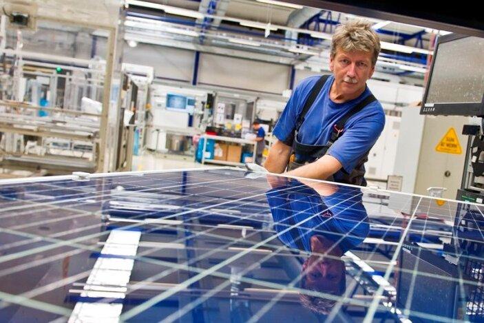 Ein Mitarbeiter in der Modulkontrolle der Fertigung Freiberg von Solarworld.