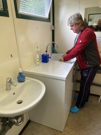 Ralph Lazarus, Pächter des Klingenthaler Campingplatzes, freut sich über neue Waschbecken und Spülen für die Gäste.