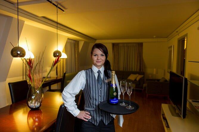 Sarah Heinrich arbeitet bei der Lehre zur Hotelfachfrau im Hilton Dresden auch im Etagenservice.