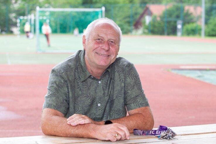 Die Gemeinde Pöhl hat Stefan Meinel mit dem Bürgerpreis 2021 geehrt. Seine Dienstzeit als Lehrer und stellvertretender Leiter der Grundschule im Pöhler Ortsteil Jocketa geht am 1. August zu Ende.