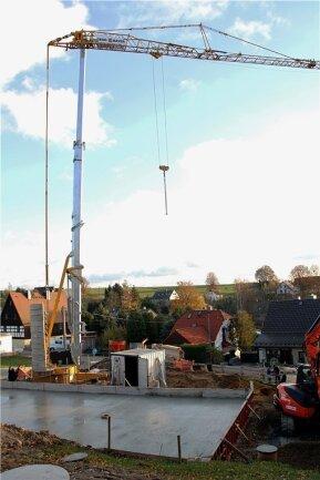 Weithin sichtbar der große Turmkran, der für den Bau der Physiotherapiebenötigt wird.