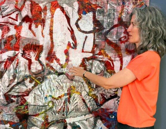 """Galerie-Betreuerin Simone Mende an dem Bild """"Das ist alles nur in meinem Kopf"""" von der Sebnitzerin DanjanaBrandes."""