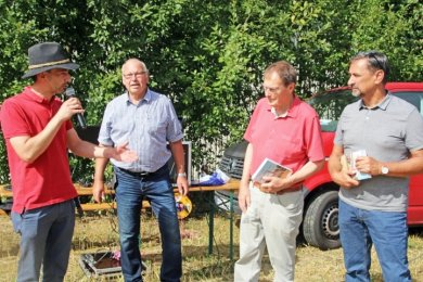 René Straßberger (v. l.) und Frank Wersig bedankten sich zur offiziellen Buchpräsentation bei Hartmut Franke und Andreas Löser.