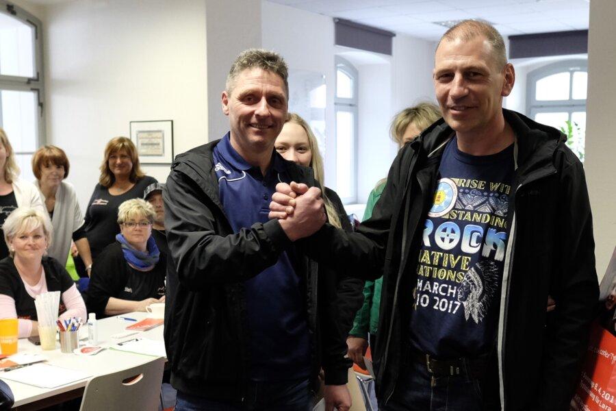 Mike Mehlhorn aus Werdau, Vater Frank Breiter und Kathrin Trommer (von links) waren gestern bei der Typisierungsaktion in Reichenbach.