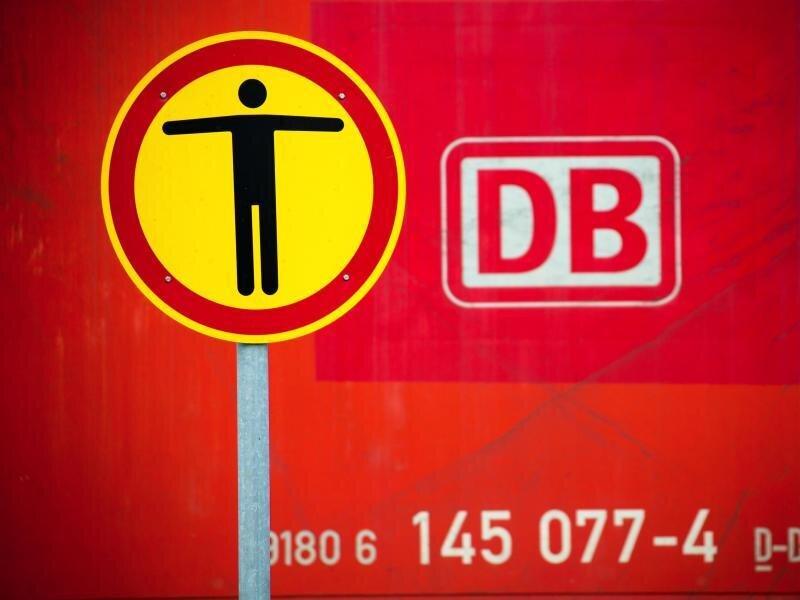 Warnschild vor einem Zug im Bahnhof von Wismar.
