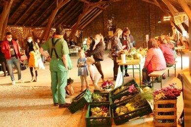 Erzeuger und Kunden der Marktschwärmerei Plauen trafen sich am Donnerstag erstmalig bei den Gastgeberinnen Sylvia Schellenberg und Elisabeth Herrig in der neu eröffneten Marktscheune.