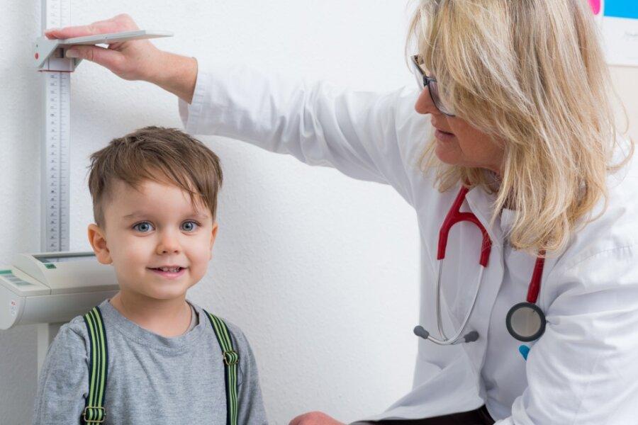Bei der Untersuchung vor Schulbeginn wird unter anderem auch die Körpergröße der Kinder gemessen.