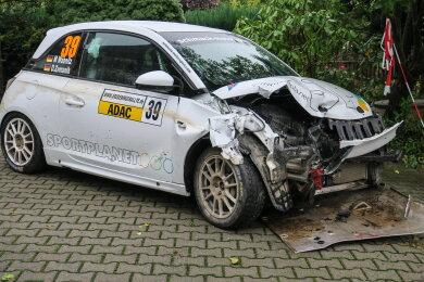 Der Opel Adam prallte gegen einen Betonpfeiler.
