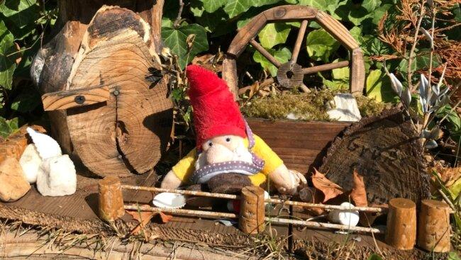 Einen Gruß aus Rebersreuth überbringt dieser kleine Wichtel an der Adorfer Pflaumenallee.