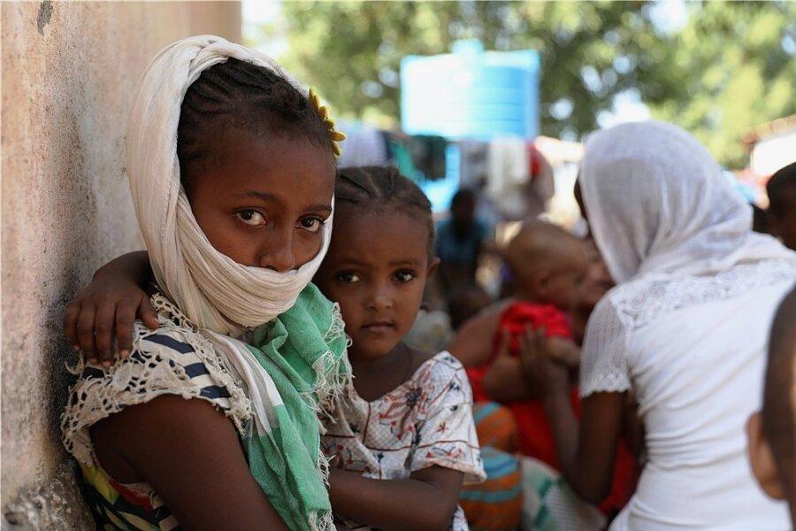 Diese Flüchtlinge aus der äthiopischen Konfliktregion Tigray warten auf ihre Registrierung in Hamdayet im Sudan.