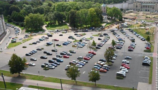 Blick auf den Parkplatz an der Johanniskirche: Die Stellflächen fallen ab Montag weg.