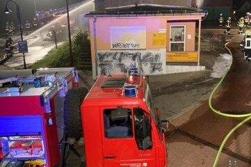 In der Nacht zum Montag war in diesem Gebäude in der Peniger Kantstraße ein Pkw in Brand geraten.
