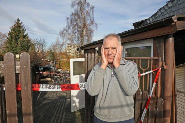 Heinz Wemme vor seinem zerstörten Heim.