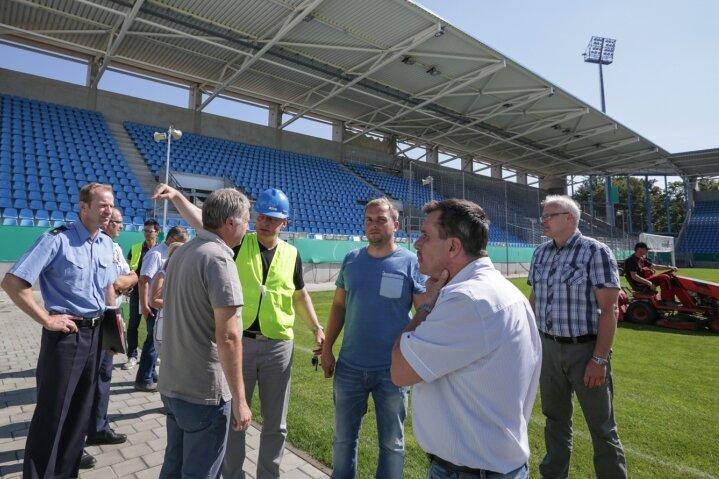 Zu den letzten Vorbereitungen auf das Pokalduell am Sonntag gehörte eine Sicherheitsbegehung im Stadion an der Gellertstraße. CFC-Geschäftsführer Sven-Uwe Kühn (mit blauem Helm) traf sich dazu unter anderen mit Vertretern der Polizei, der Feuerwehr, des DRK und einer Sicherheitsfirma.