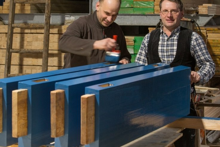 Mitarbeiter Lars Löffler (l.) streicht Teile für die Eingangstore der Villa Esche. Chef Uwe Meinhold unterstützt ihn dabei.